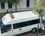 Nữ y sĩ phục vụ trong khu cách ly COVID-19 kiệt sức phải đi cấp cứu